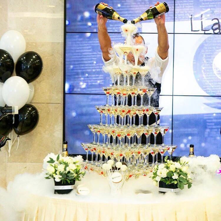 Пирамида из бокалов с шампанским для встречи гостей