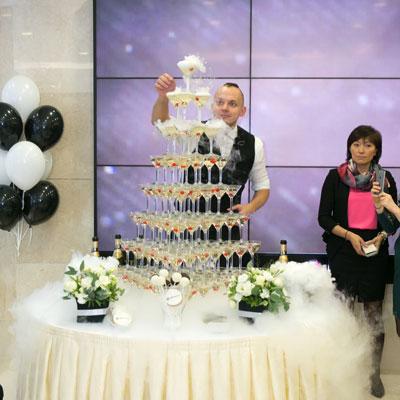 Торжественное наполнение пирамиды шампанского
